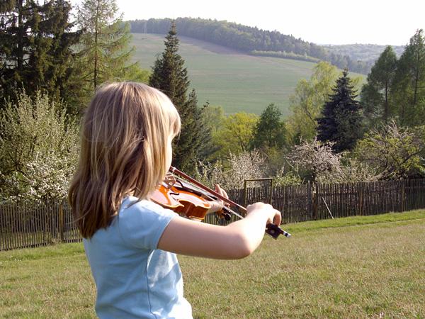 Draußen Geige spielen - Frohe Ostern!