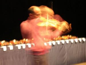 Probespiel ausgewählter Geigen bei der Klanggestalten-Ausstellung 2012 in Berlin