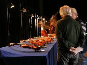 Klanggestalten-Ausstellung Berlin 2012: Auslage mit Geigen