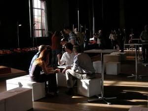 Raum für Gespräche bei der Klanggestalten-Ausstellung 2012 in Berlin