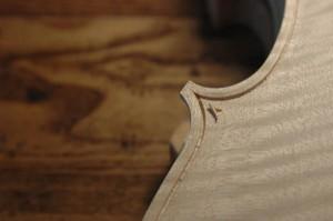 Die Führung der Randeinlage in den Ecken einer Geige bedarf besonderen handwerklichen Geschicks.