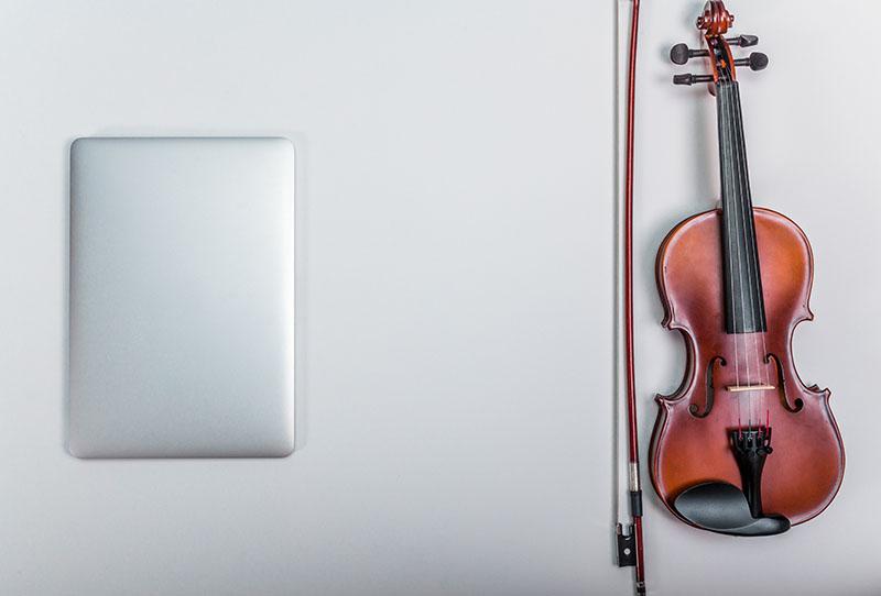 Tablet und Geige - von grdezign_studio@AdobeStock